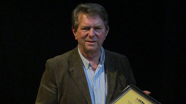 Magnus Höjer tar emot utmärkelsen Norrköpingsrummets vän 2015. Foto: Norrköpingsrummets vänner