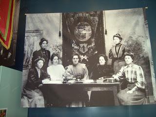 Anna Särström (trea från vänster) vid bildandet av Sveriges första kvinnliga arbetareförening.