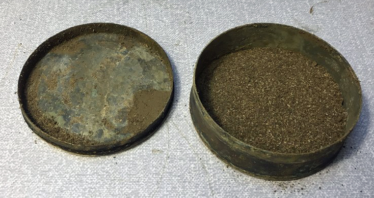Snusdosan sim hittades i Inre hamnen i Norrköping. Foto: Arkeologerna