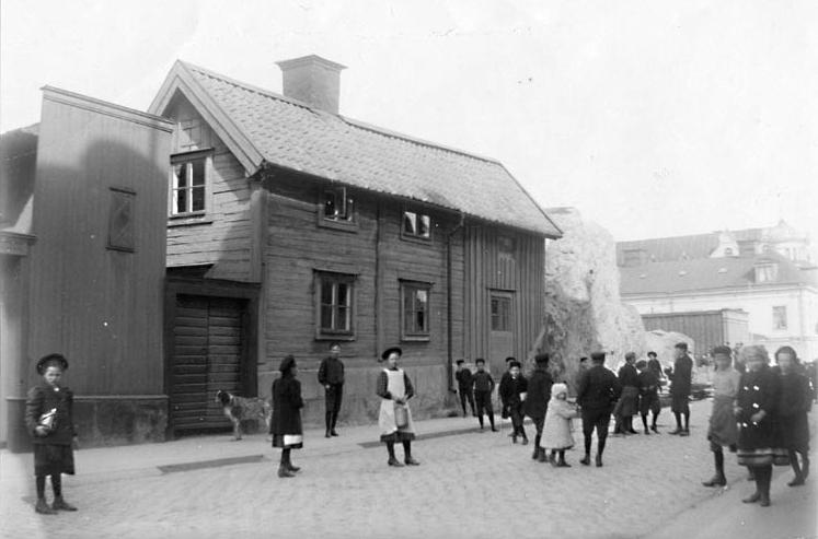 Djäkneberget den 13 april 1910 då berget började sprängas bort. Husets adress är Skolgatan 31. Ur Norrköpings stadsarkivs samlingar