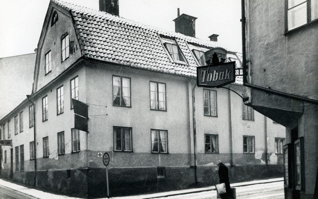 Ertman Wulfs gård vid korsningen av Tunnbindaregatan och Vattengatan i kvarteret Haken år 1956. Foto: Gustaf Bertil Larsson. Ur Östergötlands museums samlingar, CC BY-NC-SA