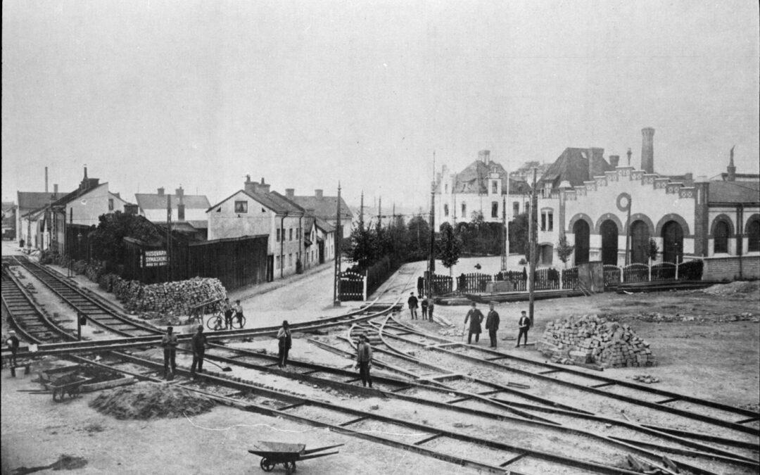 Spårarbeten utanför spårvagnshallen i kvarteret Triangeln år 1912. Ur Järnvägsmuseets samlingar
