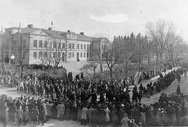 Första maj-demonstration framför Kristinaskolan i kvarteret Hörnet 1917. Foto: Gustaf Lidberg. Ur Norrköpings stadsarkivs samlingar