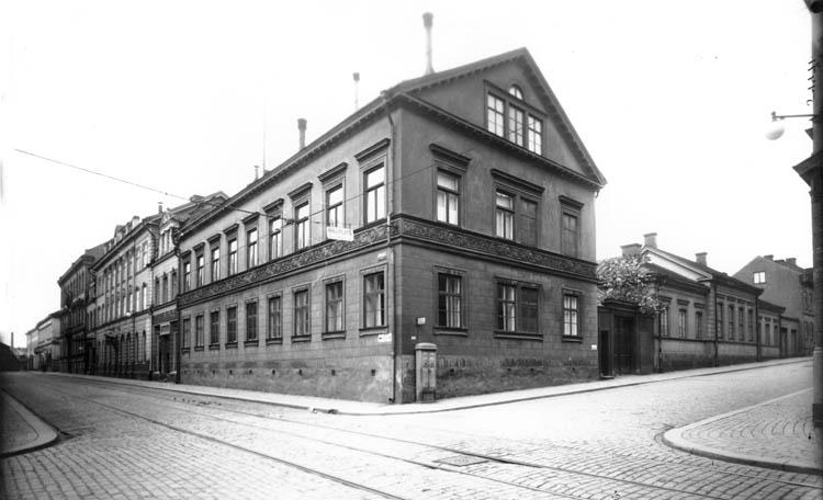 Kvarteret Barken i korsningen av Kungsgatan och Vattengatan. Okänd forograf. Ur Norrköpings stadsarkivs samlingar