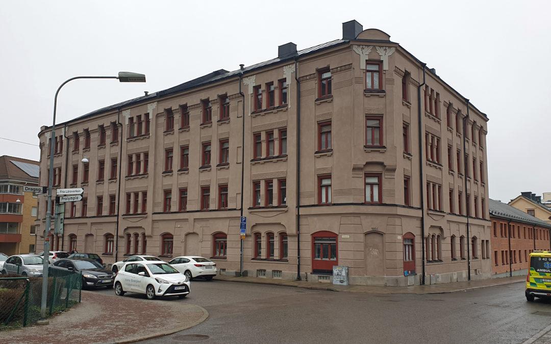 Fastighet i korsningen Plankgatan-Bredgatan i kvarteret Källan år 2020. Foto: Peter Kristensson/Klingsbergs Förlag