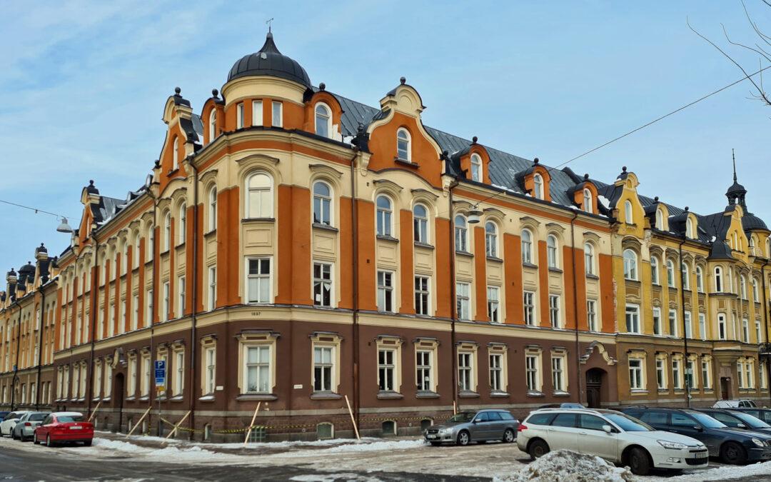 Flerfamiljshus i hörnet av Skolgatan och Styrmansgatan i kvarteret Nyckeln år 2021. Foto: Peter Kristensson/Klingsbergs Förlag