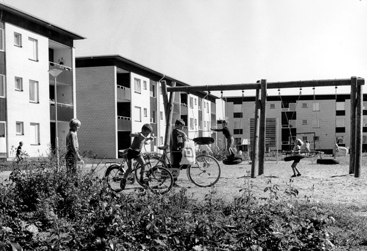 Lekplats i kvarteret Opalen i Vilbergen. Foto: Lennart Jansson. Ur Norrköpings stadsmuseums samlingar
