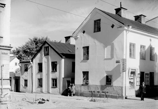 Bostadshus i kvarteret Röken vid korsningen Nygatan-Källvindsgatan år 1944. Okänd fotograf. Ur Norrköpings stadsarkivs samlingar