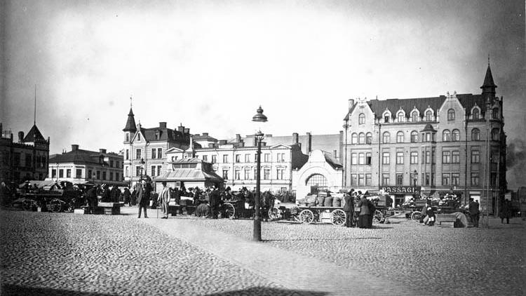 Kvarteret Svärdet vid Nya torget i början av 1900-talet. Okänd fotograf. Ur Norrköpings stadsarkivs samlingar