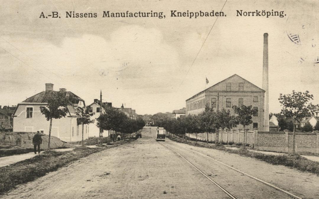 Chokladfabriken Nissens Manufacturing i kvarteret Storken vid Odensgatan. Vykort. Ur Järnvägsmuseets samlingar