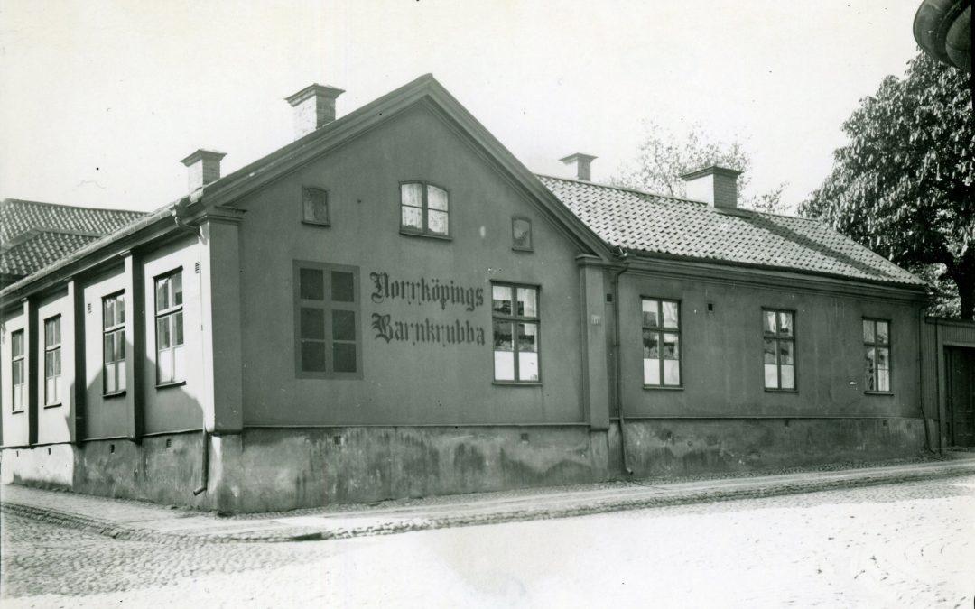 Norrköping Barnkrubba i kvarteret Kapellhorvan. Ur Stiftelsen Gammalt Hantverks samlingar, Norrköpings stadsarkiv