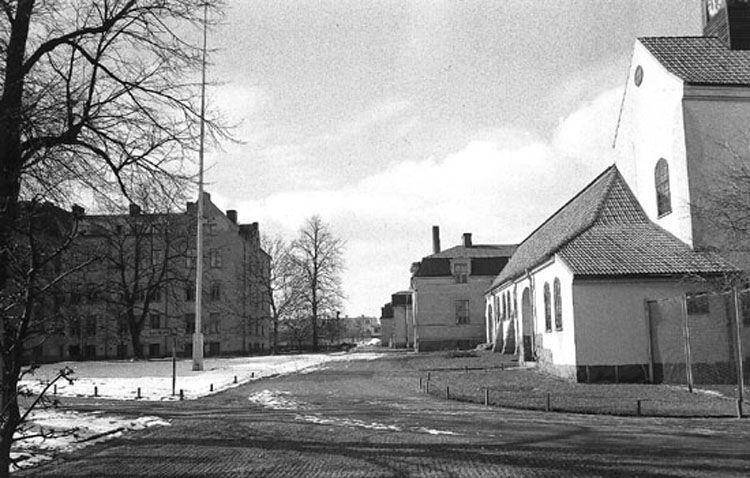 Sandbyhovs mentalsjukhus med Sandbyhovskyrkan till höger 1944. Foto: Carl Werngren. Ur Norrköpings stadsmuseums samlingar