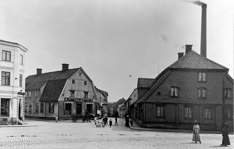Bergslagsgården i kvarteret Bergsbron vid Skvallertorget omkring 1900. Foto: Werngrens ateljé, Norrköpings stadsmuseum
