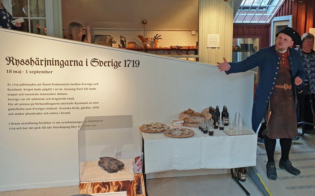 Museipedagog Anders Lindqvist vid utställningens vernissage. Foto: Peter Kristensson/Klingsbergs Förlag