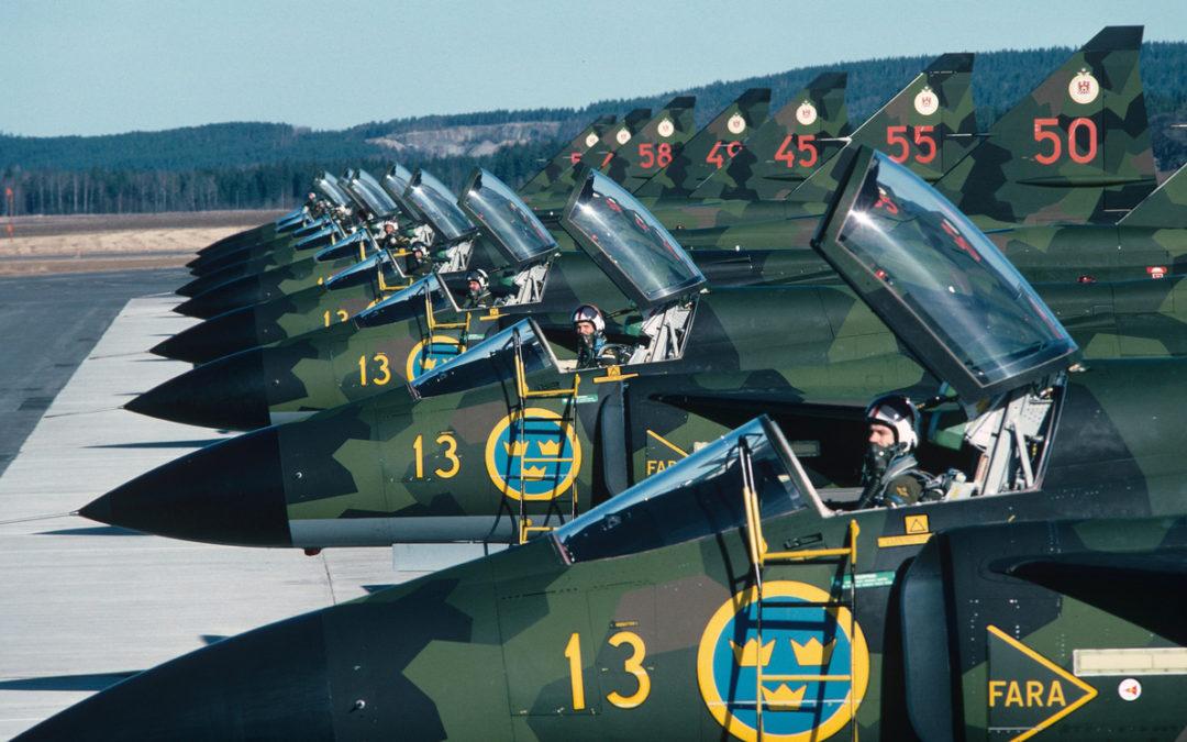 Flygare ur 2:a jaktdivisionen F 13 Bråvalla i uppställda flygplan JA 37 Viggen år 1981. Tillhör F 13 bildsamling. Ur Flygvapenmuseums bildarkiv (CC BY 4.0)