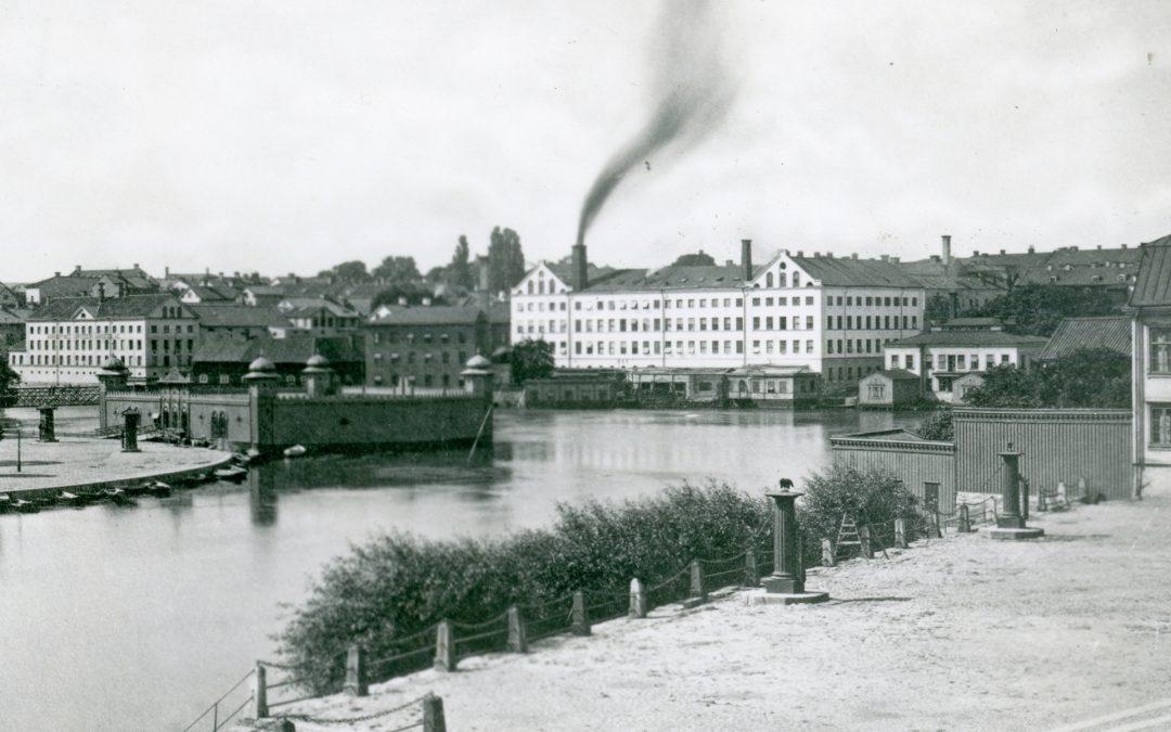 Kallbadhuset vid Refvens grund till vänster och Nya Badhuset på andra sidan Strömmen till höger år 1882. Okänd fotograf. Ur Norrköpings stadsarkivs samlingar.