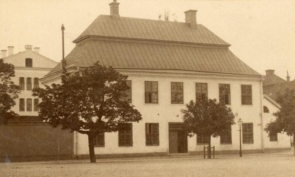 Norrköpings gamla rådhus som 1734–1906 låg på samma plats som dagens rådhus. Foto: John Eschrichts ateljé. Ur Norrköpings stadsarkivs samlingar