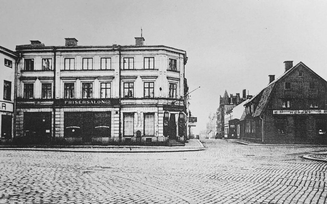 Sekler vid Skvallertorget med gamla apotekshuset
