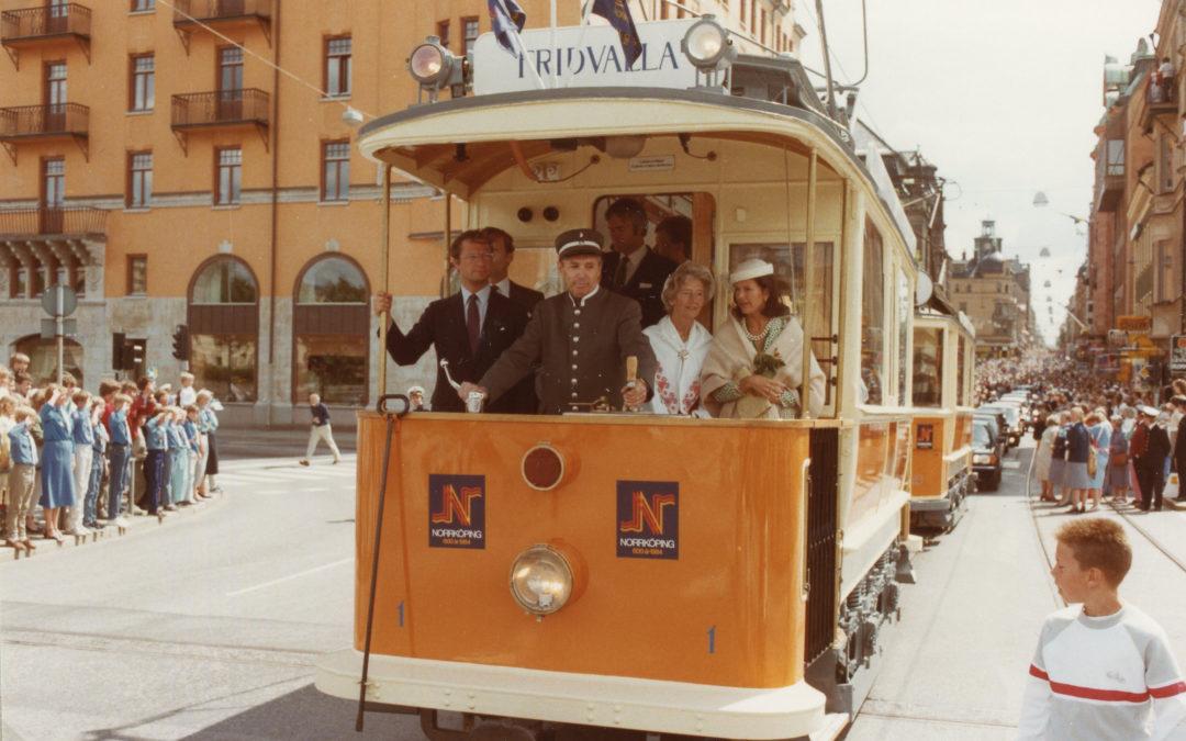 Kung Carl XVI Gustaf och drottning Silva under Norrköpings 600-årsjubileum. Okänd fotograf. Ur Norrköpings stadsarkivs samlingar
