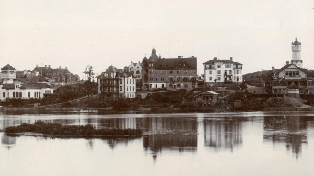 Till vänster kuranstaltens huvudbyggnad, i mitten hotell och pensionaten, till höger Grand Restaurang Kneippbaden. Foto: Wilhelm Smidt. Ur Norrköpings stadsarkivs samlingar.