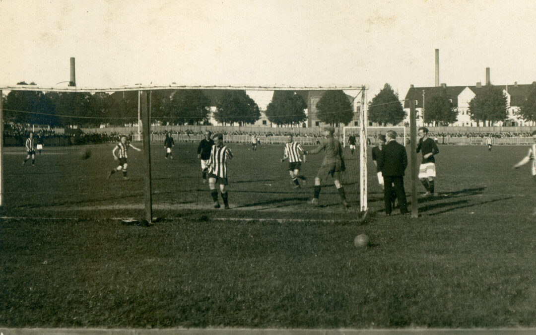 IK Sleipner besegrade AIK med 5-1 i SM-kvartfinalen på Idrottparken 1920. Fotot ur IFK Norrköpings arkiv, Norrköpings stadsarkiv.