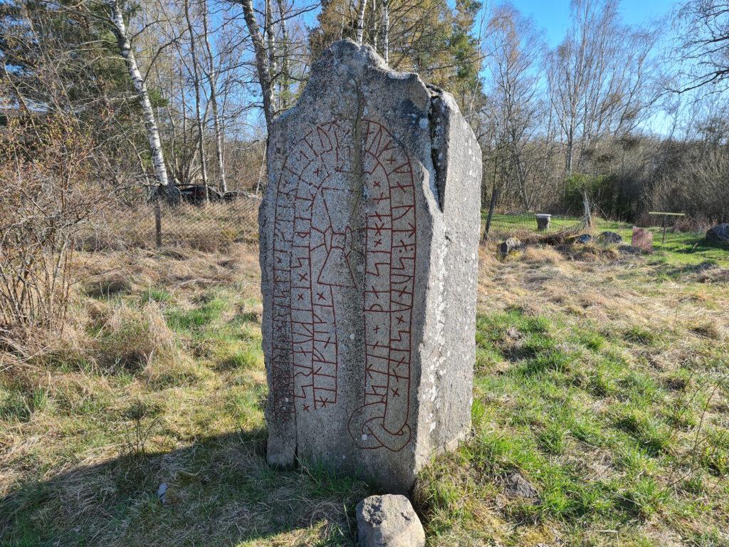 Runstenen vid Bjällbrunna år 2021. Foto: Peter Kristensson/Klingsbergs Förlag