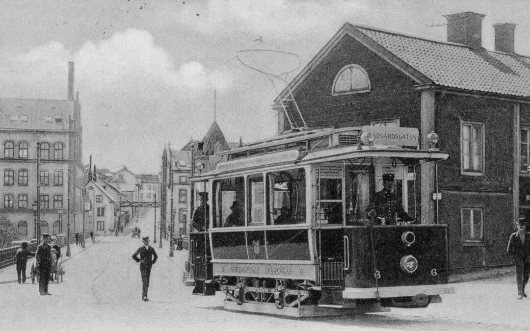 En spårvagn passerar Skvallertorget. Foto: Norrköpings stadsarkivs samlingar